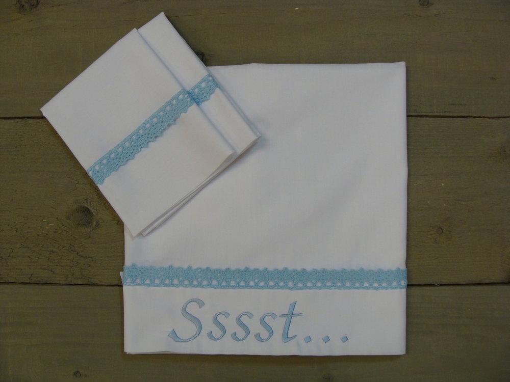 Lakentje Wit met blauw kant wieg-wagen